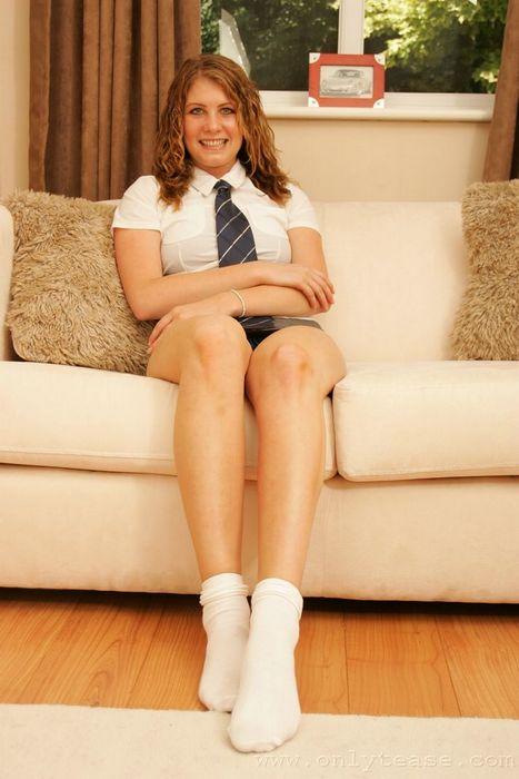 Брюнетка Zoey Holloway устраивает стриптиз сидя в кресле